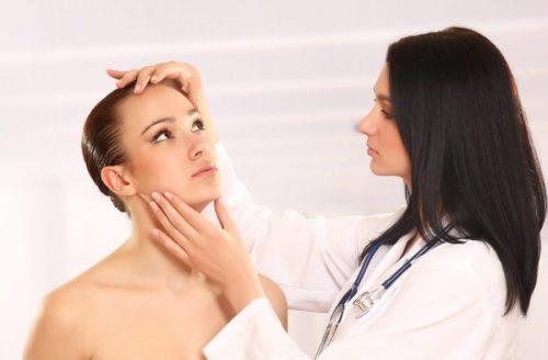 dermatologa observando paciente