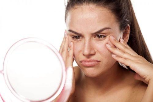 mujer con poros dilatados