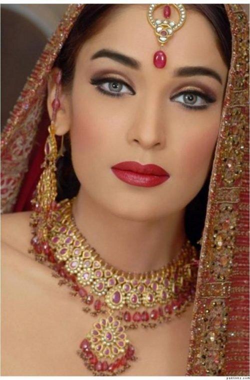 maquillaje hindu labios rojos