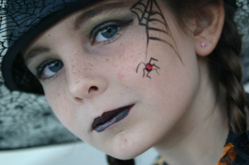 maquillaje niña bruja con delineador
